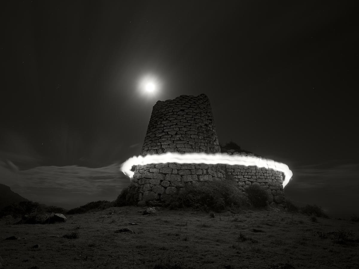 Ugo-Ricciardi_Nuraghe and circle of light, Bortigali, Sardinia, 2018, bn